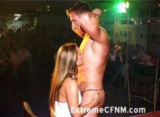الفتيات البرية تمتص الديك في حفل CFNM