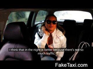 فتاة تمتص الديك لدفع ثمن ركوب لها
