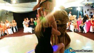 فاتنة الحصول على عارية ثم الرقص على الدب