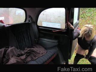 شقراء الاسكتلندي faketaxi مع الحمار كبير
