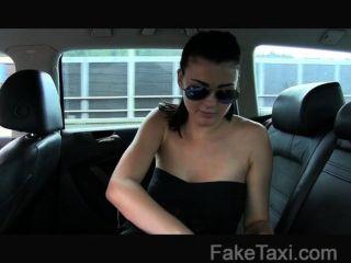 يأخذ الفتاة faketaxi الأبرياء على الديك ضخمة
