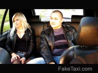 زوج faketaxi ساعات زوجة مارس الجنس