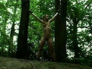 تعادل كلودي في غابة ومارس الجنس
