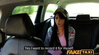 سائق سيارة أجرة faketaxi يقنع لها ليمارس الجنس
