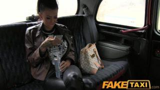 امرأة سمراء faketaxi مع وشم وثقب