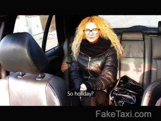يأخذ الجمال التشيكية faketaxi على الديك