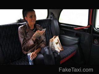 رحلة مجانية faketaxi عن اللسان المقعد الخلفي