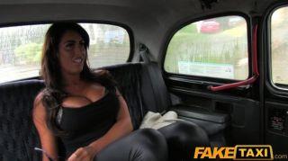هوتي faketaxi مع الملاعين كبير الثدي في سيارة أجرة