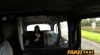 faketaxi الثدي فاتنة كبير يعطي سائقة تاكسي أجرة اللسان