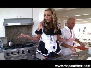 خادمة مثير يحصل غريب مع الغذاء والوجه