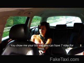 faketaxi تتمتع امرأة سمراء مذهلة الديك