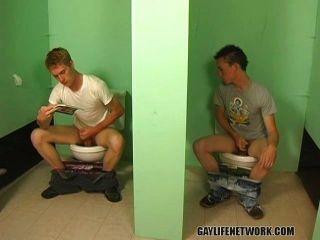 الأولاد مثلي الجنس شاب يمارس الجنس في الحمام العام