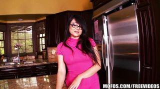القليل زوجة الآسيوية تلعب في المطبخ