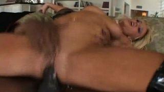 شقراء المصات ويمارس الجنس مع ديك أسود كبير