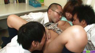 ثلاثة رجال يمارس الجنس مع سناء أنجو