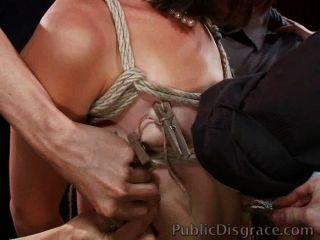 تستخدم فاتنة صعودا ومارس الجنس في حشد من الناس