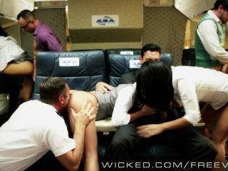 العربدة الآسيوية الساخنة على متن طائرة