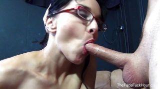 فاتنة مثير في النظارات يأخذ صاحب الديك أسفل