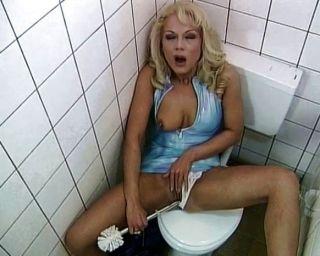 المرحاض وقحة يحب أن يمارس الجنس وأمتص
