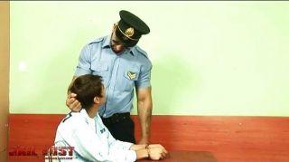 صبي سيئة للغاية استغل من قبل شرطي مثلي الجنس وحشي