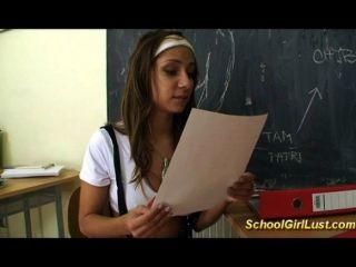 تلميذة سيئة الملاعين معلمتها
