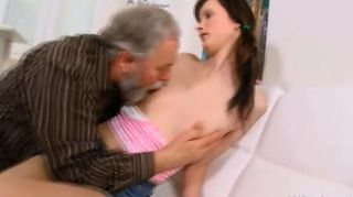 jenya يحب الحصول مارس الجنس من قبل رجل يبلغ من العمر مطيع