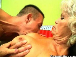 الديك مص الجدة الحصول على بوسها يمسح
