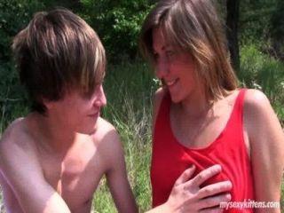 تحصل مارس الجنس في سن المراهقة بيلا خجولة في الخشب