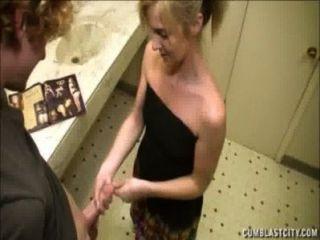 شقراء يحصل على cumblast في الحمام