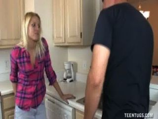 HANDJOB في سن المراهقة لطيف في المطبخ