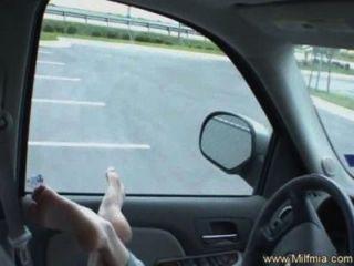 اللسان يجعل نائب الرئيس في سيارتها