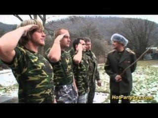 العربدة bukkake العسكرية