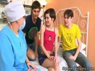 ساعد الأولاد مارتينا لطيف للتخلص من العذرية
