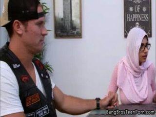 أم مسلمة وابنة يتعارض مع دينهم