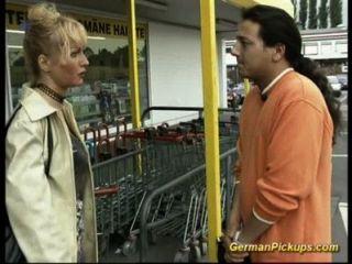 يتم اختيار سيدة الألمانية تصل في متجر