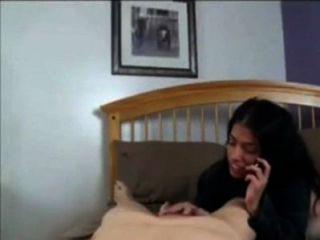 أمي تتحدث مع أبي على الهاتف أثناء سخيف مع ابنه