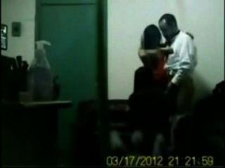 مدرب الهندي سخيف له الفتيات مكتب ممارسة الجنس المجموعة في المقصورة
