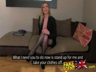 fakeagentuk تخزين يرتدون الفاخرة الجبهة على استعداد لمحاولة كل شيء على الأريكة الصب
