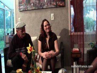 بعثة تقصي الحقائق اثنين الفرنسية تقاسم والديك الرجل العجوز من المتلصص بابي امرأة سمراء