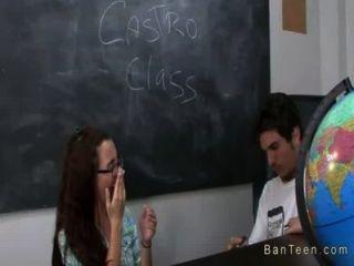 المعلم مفلس يساعد الزوجين في HANDJOB في الفصول الدراسية