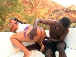 العسل دانيال يحصل لها الحمار كبيرة سوداء مارس الجنس على متن قارب