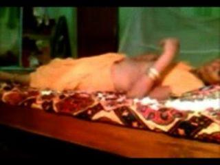 شهر العسل bhabhi المهاراتية مع رجلها يتحدث المهاراتية والاستحمام زهرة عليها