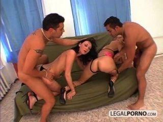 اثنين من اللاعبين مع ديكس كبيرة يمارس الجنس مع اثنين من الفتيات الساخنة في أسبوع الحمار 6 01