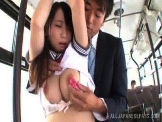 يحصل مسمر فتاة آسيوية في الزي المدرسي في حافلة
