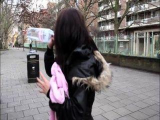 pornxn فتاة بريطانية التبول في الأماكن العامة