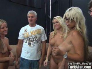 بريجيت ب والأصدقاء بلوندي يمارس الجنس مع مروحة!