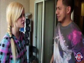 سوبر لطيف يحصل charlyse الجمال شقراء مارس الجنس من قبل شقيقها خطوة