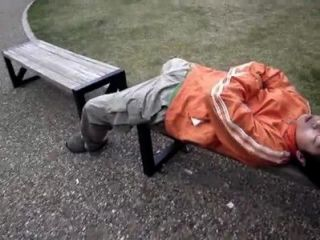 اللعب اليابانية مع الرجال النوم ديك في الأماكن العامة