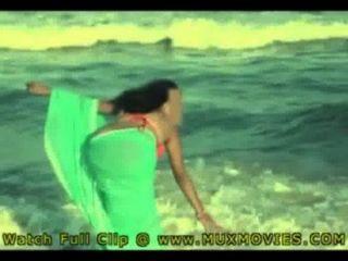 الهندي زوجة الساخنة جينا مارس الجنس على الشاطئ