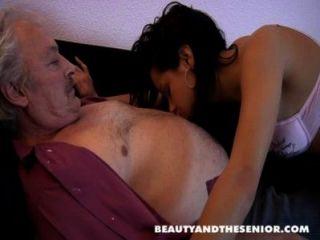 بروس رجل يبلغ من العمر القذرة يحب أن يمارس الجنس مع الفتيات الصغيرات مثل البتراء